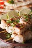 鸡在串的tikka kebabs宏观在板材 垂直 免版税图库摄影