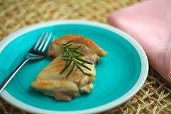 鸡在有橄榄油和迷迭香小树枝的一个平底锅烹调了 免版税库存图片