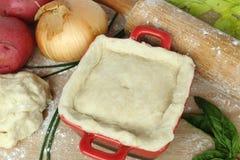 鸡在烘烤的罐装馅饼与成份前 图库摄影