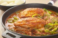 鸡在生铁长柄浅锅的辣椒粉炖煮的食物 免版税库存照片