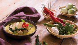 鸡在碗菜的mussaman咖喱在木背景 免版税库存图片