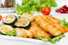 鸡块和油煎的夏南瓜 免版税库存图片