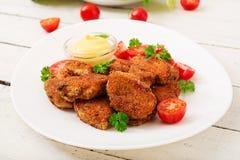 鸡块和调味汁在板材 免版税库存图片