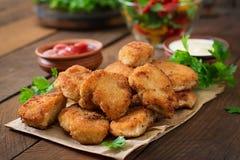 鸡块和调味汁 免版税库存照片