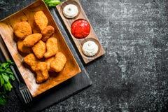 鸡块用荷兰芹和不同的调味汁 免版税库存照片