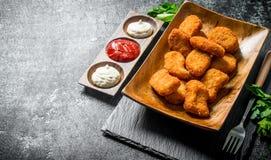 鸡块用荷兰芹和不同的调味汁 库存照片