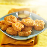 鸡块用蜂蜜芥末酱 免版税库存图片