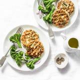鸡夏南瓜汉堡用煮沸的硬花甘蓝-在轻的背景的可口健康饮食午餐 免版税库存照片