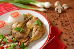 鸡大腿用白米、蘑菇和胡椒 库存照片