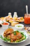 鸡大腿用香料、酱油、大葱和小菜 免版税库存照片