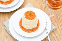 鸡奶油甜点用南瓜,绿色和红辣椒调味汁 免版税库存图片