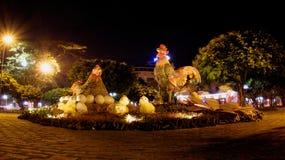 鸡家庭雕象在头顿市-越南图 库存图片