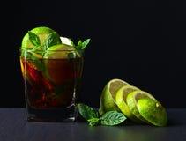 鸡尾酒与石灰和薄荷叶子的古巴libre 免版税库存图片