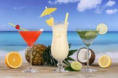 鸡尾酒和饮料在海滩和海 免版税库存照片