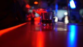 鸡尾酒品种在酒吧柜台,沟通在夜总会的人们的集会 股票视频