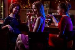 鸡尾酒在夜总会 免版税库存照片