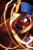 鸡尾酒在跟踪的火玻璃 免版税库存图片