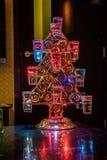 鸡尾酒在黑暗照亮的圣诞树 库存图片