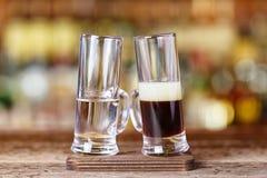 鸡尾酒射击从两块玻璃被喝 库存图片