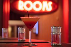 鸡尾酒杯&秸杆与丰富的霓虹灯 图库摄影