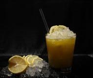鸡尾酒用兰姆酒和柠檬 免版税图库摄影