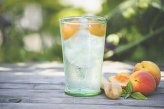 鸡尾酒用在木桌上的杏子 免版税图库摄影
