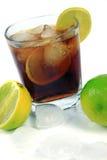 鸡尾酒用威士忌酒、可乐和新鲜的石灰 免版税库存图片