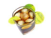 鸡尾酒用威士忌酒、可乐和新鲜的石灰 库存图片