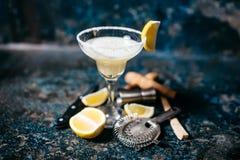 鸡尾酒用柠檬和伏特加酒 玛格丽塔茶点饮料和鸡尾酒 库存图片