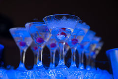 鸡尾酒用樱桃和干冰在黑暗的背景 免版税库存照片