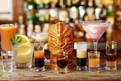 鸡尾酒的混合在夜总会 免版税库存照片