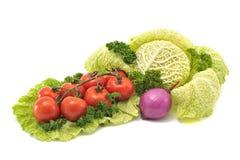 鸡尾酒蕃茄、皱叶甘蓝和紫洋葱在白色bac 免版税库存照片