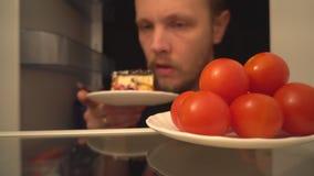 鸡尾酒蕃茄或可口蛋糕 健康食品一个困难的选择  股票视频