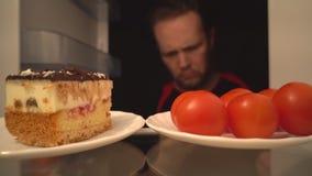 鸡尾酒蕃茄或可口蛋糕 健康食品一个困难的选择  股票录像
