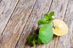 鸡尾酒薄菏和柠檬 免版税库存照片