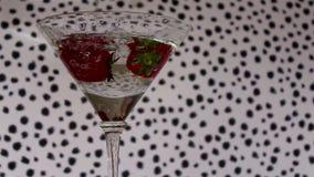 鸡尾酒饮料用草莓 股票视频