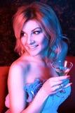 鸡尾酒饮用的夜总会俏丽的妇女 免版税图库摄影
