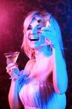 鸡尾酒饮用的夜总会俏丽的妇女 图库摄影