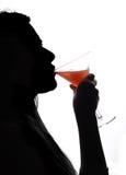 鸡尾酒饮用的妇女 免版税库存照片
