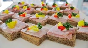 鸡尾酒,开胃菜,被打开的三明治火腿用奶油c装饰 库存照片