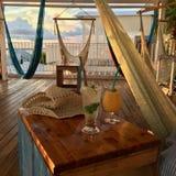 鸡尾酒&吊床&垂悬椅子-纯净的放松在日本 库存图片