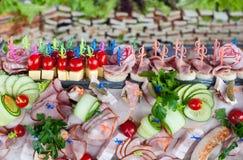 鸡尾酒 肉开胃菜、菜、绿色和乳酪的大构成 免版税库存照片
