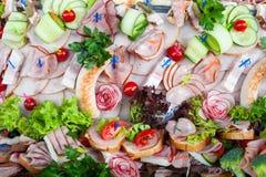 鸡尾酒 肉开胃菜、菜、绿色和乳酪的大构成 免版税库存图片