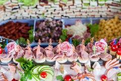鸡尾酒 肉开胃菜、菜、绿色和乳酪的大构成 库存图片
