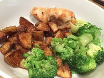 鸡晚餐用烘烤土豆和菜 库存图片