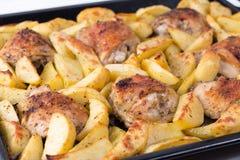 鸡格栅母鸡全部土豆的烘烤 晚餐的可口盘 库存图片