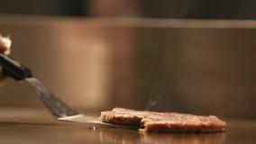 鸡汉堡在火炉、煮沸的油和烟油煎了 股票视频
