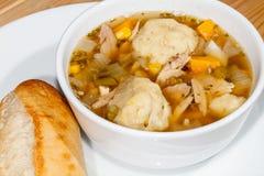 鸡汤和饺子 热的冬天舒适食物关闭 免版税库存照片