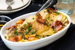 鸡汤用甜椒、葱、蕃茄和加调料的口利左香肠 库存图片