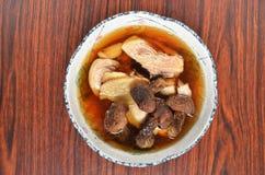 鸡汤用落叶松蕈蘑菇 免版税库存照片